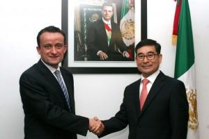 De izquierda a derecha Mikel Arriola y Choi Younghyun al fondo retratp del Presidente Enrique Peña Nieto