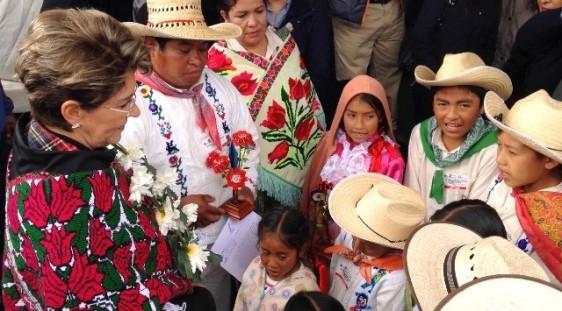 Mercedes Juan rodeada de niños indigenes