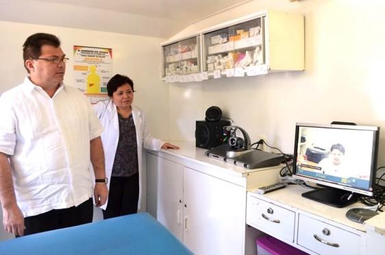 En la izquierda Jorge Eduardo Mendoza Mézquita junto con una doctora y en la derecha una pantalla con una videoconferencia con un médico
