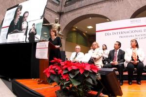 Hilda Esthela Flores Escalera en un podium