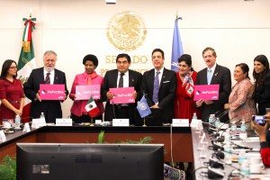 Senadores y fincionarios sostienen en sus manos letrero rosa con la frase HeForShe
