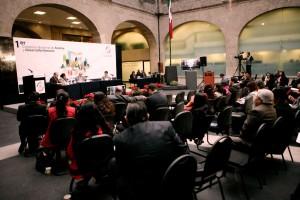 """Salón con personas sentadas en un foro con el letrero """"Primer Congreso Nacional de Familia y Desarrollo Humano"""""""