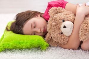 En niños de 1 a 3 años de edad, se recomiendan de 12 a 14 horas diarias de sueño para un   desarrollo adecuado, mientras que en niños de 3 a 6 años de 10 a 12 horas son suficientes.