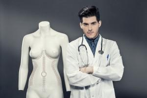 Cirujano plástico al lado de un maniquí