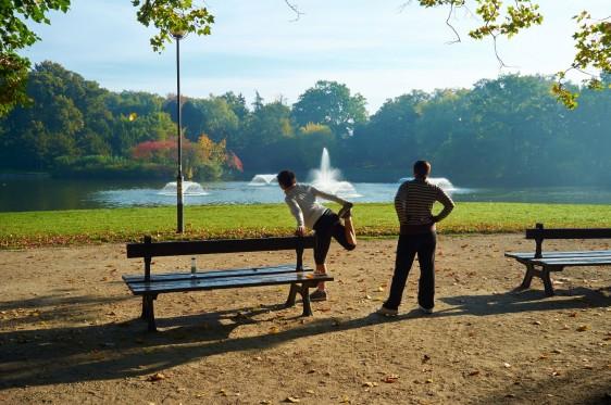 Mujeres haciendo ejercicio en un parque con una fuente