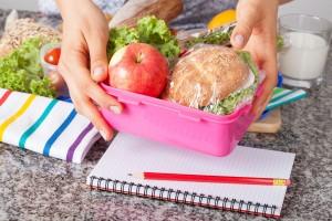 Un almuerzo en una mesa con libros de la escuela