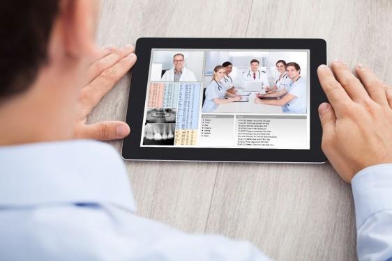 Médico observando una pantalla de computadora tablet