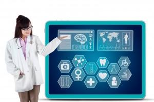 Mujer mostrando información en una pantalla