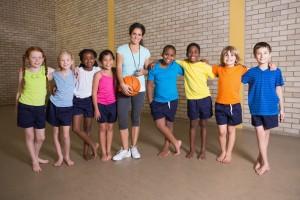 Estudiantes con maestra de educación física