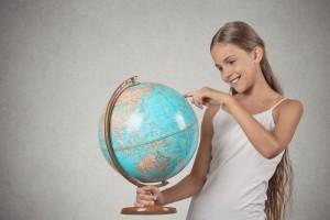 Adolescente observando el mundo con sus manos