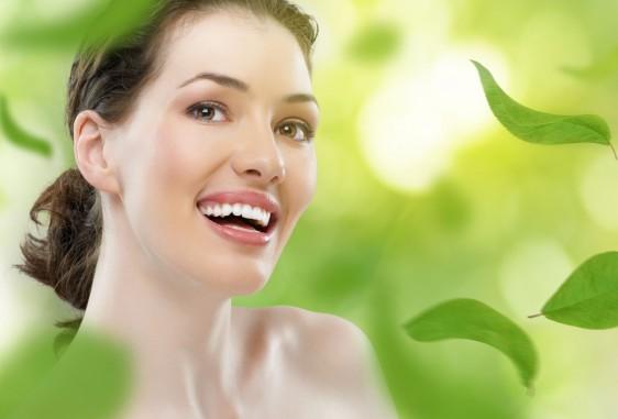 Mujer saludable con fondo verde y hojas de plantas
