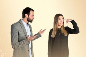 Himbre molesta al lado de una mujer haciendo un gesto de no comprender