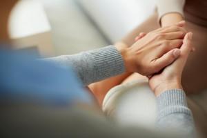 Acercaiento a una mujer que toma de la mano a otra persona