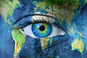 Acercamiento al ojo de una mujer con maquillaje que simula un mapamundi