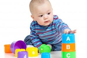 Bebé jugando con juguetes educativos