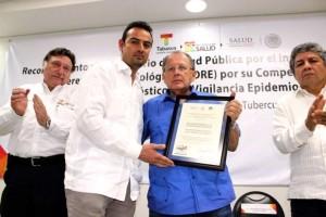 José Alberto Díaz Quiñonez entrega un documento enmarcado a Juan Antonio Filigrana Castro