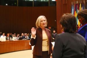 Isabella Danel con la mano levantada para prestar juramento