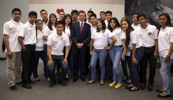 En el centro Enrique Peña Nieto alrededor con jóvenes de los Centros de Atención Rural al Adolescente (CARA) del programa IMSS-Prospera