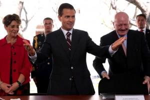 De izquierda a derecha Mercedes Juan, Enrique Peña Nieto y Manuel Mondragón y Kalb