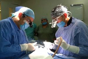 Cirijanos trabajando en un quirofano