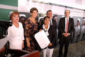 Mercedes Juan entrega un reconocimiento a una enfermea