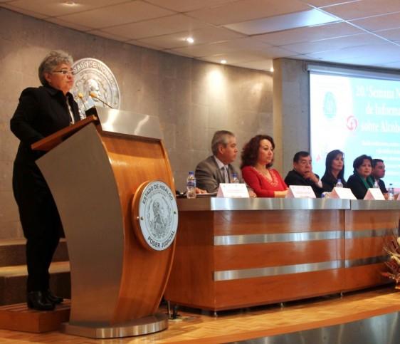 """María Dolores Osorio Piña exponiendo los trabajos de la """"XX Semana Nacional de Información Compartiendo Esfuerzos""""."""