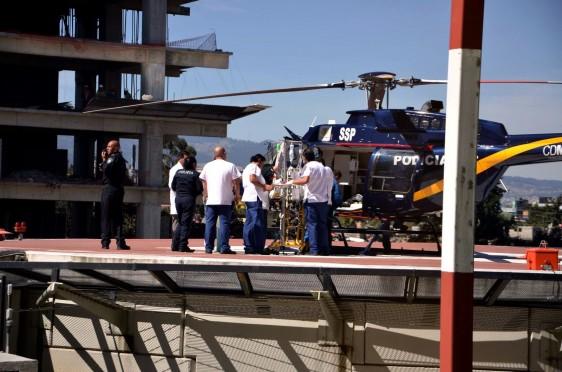 Helicóptero con personal preprando traslado