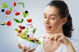 mujer con alimentos saludables