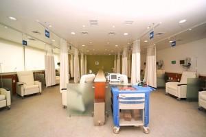 Sala de atención con equipos médicos y lasientos