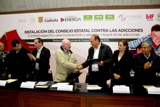 """""""Manuel Mondragón y Kalb"""" y """"Rubén Moreira Valdez """" se saludan de mano"""