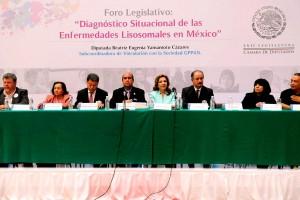 """Diputados en mesa de trabajo al fondo un letrero foro """"Diagnóstico situacional de las enfermedades lisosomales en México"""""""