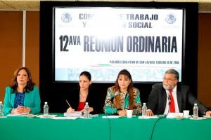 Diputados de la Comisión de Trabajo y Previsión Social sentados en una mesa de trabajo