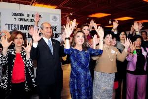 Diputados y miembros de organizaciones civiles levantando las manos