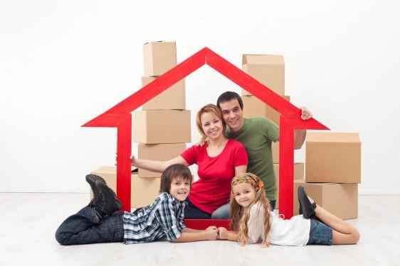 familia con un marco en forma de casa
