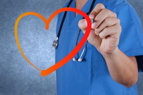Doctor dibujando un corazón