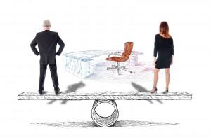 Hombre y mujer en equilibrio para acceder a un puestp