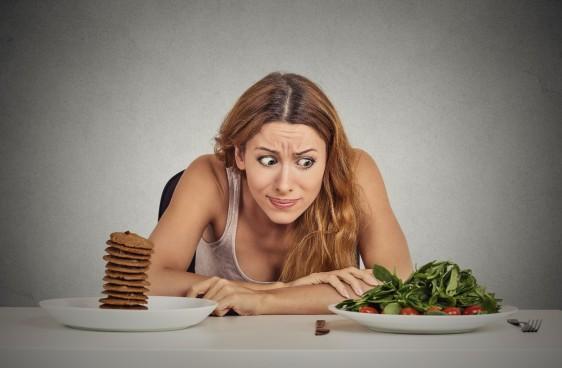Mujer observando comida con mirada impulsiva
