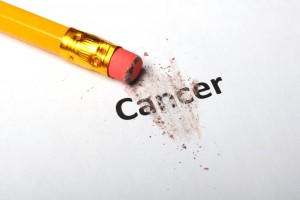 Lápiz borrando la palabra cáncer