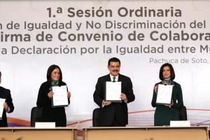 Funcionarios mostrando documento firmado