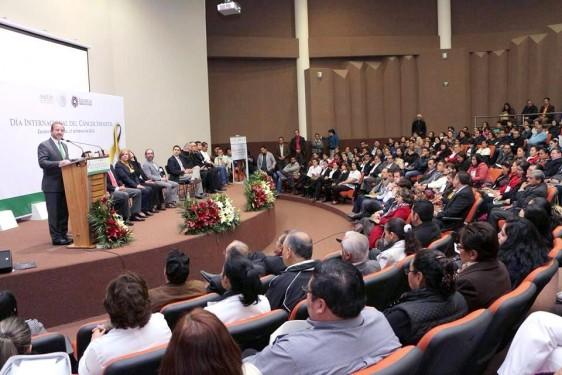 Funcionarios en el foro del la ceremonia el Día Internacional del Cáncer Infantil, en el Hospital General Zacatecas