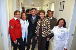 Mercedes Juan y Mariano González Zarur rodeados del personal un hospital