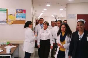 Mercedes Juan y Fernando Toranzo Fernández por los psaillos de la Hospital General del municipio de Rioverde