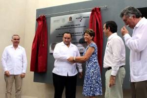 Roberto Borge Angulo y Mercedes Juan revelando placa inagural del centro de salud de la comunidad de Alfredo V. Bonfil