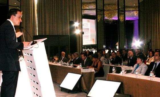 Mikel Arriola siendo escuchado por asistentes LATIN AMERICAN 2015 Compliance Conference