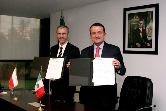 Grzegorz Cessak y Mikel Arriola mostrado un documento