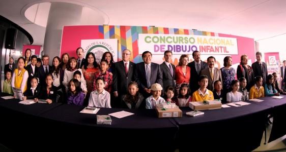 Senadores y ninos ganadores del concurso posando para la fotografía