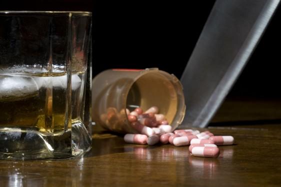 Las drogas legales son tan dañinas como las ilegales, ambas representan un peligro para la salud.