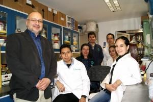 Arturo Ortega Soto y colaboradores en un laboratorio