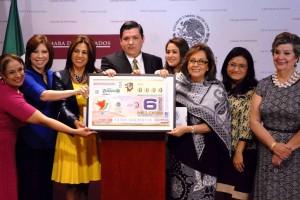 Legisladoras sosteniendo la ilustración con un billete de lotería