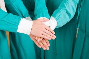 Médicos juntando las manos